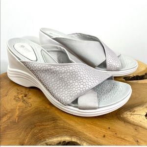 BZees Desire Slip-on Textured Wedge Sandal Sz 8.5